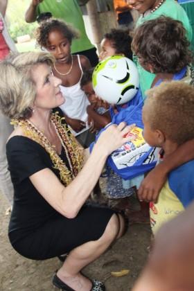 Australia's Foreign Minister Julie Bishop presenting gifts to Burns Creek children.