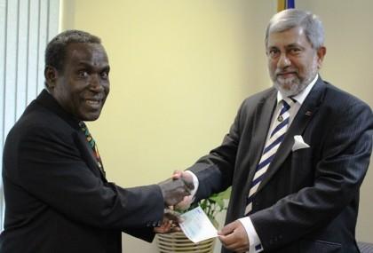 Minister Sandakabatu recieves the donation from the S Sri Lankan HC accredit to Solomon Islands. Photo credit: GCU.