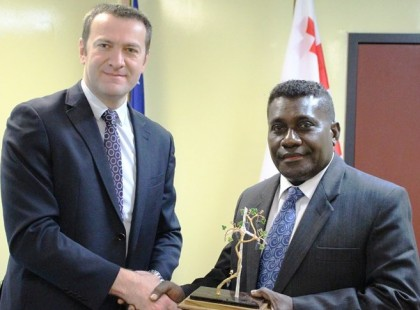 Prime Minister Lilo receives a gift from the Georgian ambassador. Photo credit: GCU.