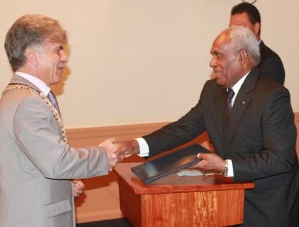 Ambassador LEONIDAS TEZAPSIDIS presents his credentials to Sir Frank Kabui. Photo credit: OPMC.