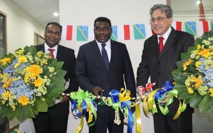 Ambassador Salana Kalu, Prime Minister Gordon Darcy Lilo and an Inodnesian rep cutting the ribbon to open the SI Embassy. Photo credit: Robert Iroga.