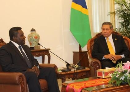 Prime Minister Gordon Darcy Lilo meeting Indonesian President Susilo Bambang Yudhoyono. Photo credit: Robert Iroga.