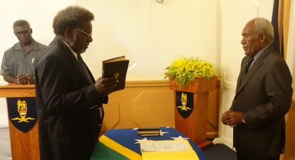 Hon. Snyder Rini taking his Oath of Office before Sir Frank Ofagioro Kabui. Photo credit: SIBC.