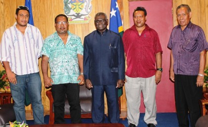 Prime Minister Sogavare (center) flanked by Premier Tesuatai and members of the Renbel Executive after their meeting with the Prime Minister. Photo credit: GCU.