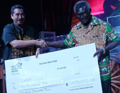 Chair of SFA Bodo Dettke handing over the cheque to Prime Minister Sogavare. Photo credit: GCU.