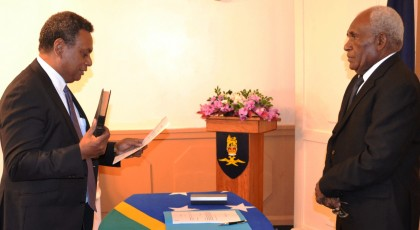 James Apaniai taking his oath before Governor General Frank Kabui. Photo credit: Government House.