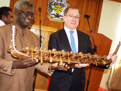Prime Minister Sogavare presents a traditional war canoe to the New Zealand's Foreign Minister McCully. Photo credit: OPMC.