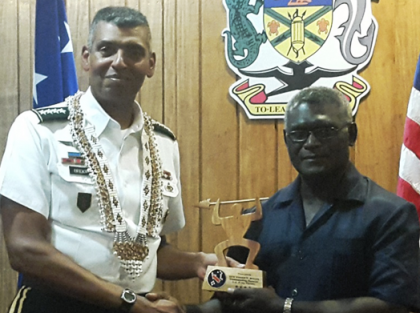 General Brooks presents his gift to Prime Minister Sogavare who gifted him with the Malaitan shell money necklace he is wearing. Photo credit: OPMC.
