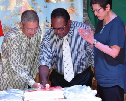 Honorary Consul-General of Malaysia Mr Hii Yii Ging and Acting PM Maelanga cut the Independence Cake. Photo credit: GCU.
